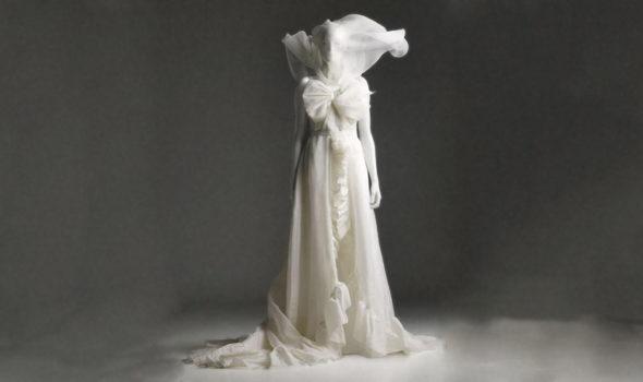 H&M:s första bröllopsklänning; ur designsamarbetet med Viktor & Rolf år 2006. Ur H&M:s arkiv hos Centrum för Näringslivshistoria