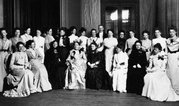 Personalen på Gumaelius annonsbyrå samlad när företaget firade sitt 25-årsjubileum på Hasselbacken i Stockholm den 28 juli 1902. Ur Centrum för Näringslivshistorias bildarkiv.
