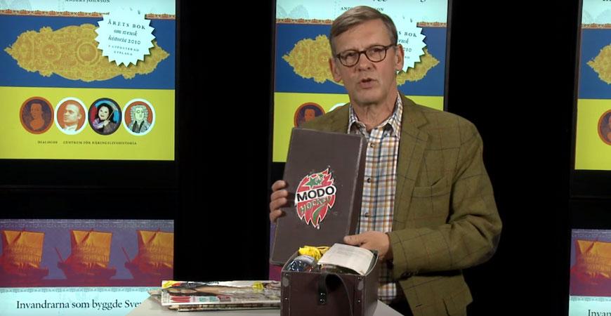 Anders Johnson med en unicabox fylld med svenska varumärken skapade av invandrare