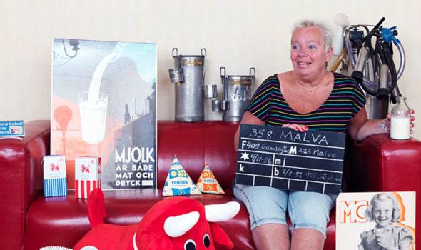"""Britt Ullestad har arbeat inom mejeribranschen sedan 1973 och med tiden kommit att bli allt mer fascinerad av branschens historia. Sedan 1990-talet samlar hon """"mejeriana"""" både på arbetet och hemma. (Foto: Eva Hildén Smith.)"""