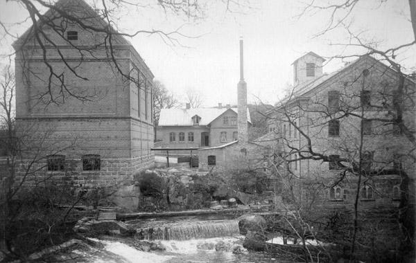 Berte kvarn 1911. Den tidens industribyggnader var fortfarande präglade av bruksmiljöns stilideal, tegelväggarna har antydda pilastrar och kapitäl. Bild från Berte kvarn.
