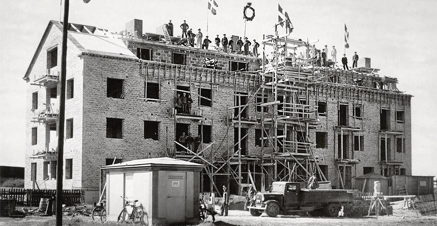 Taklagsfest i folkhemmet. Kalmar får nya bostadsområden på Norrgårdsgärdet. Byggnadsfirman Claes Johansson uppför. Foto: CA Fastigheter AB.