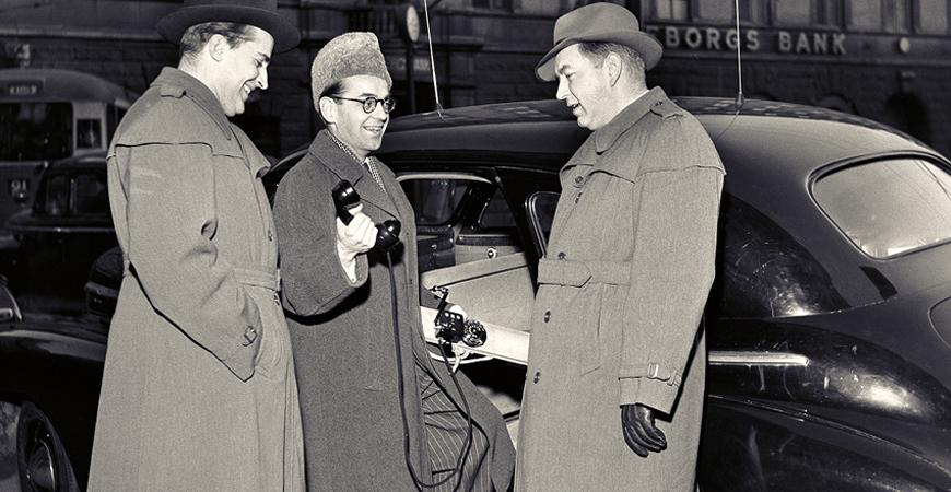 Mobilpionjärerna Ragnar Berglund, Sture Lauhrén och Rolf Langborger framför en bild utrustad med Berglunds system som kom vid mitten av 1960-talet. Ur Ericssons historiska arkiv hos Centrum för Näringslivshistoria.