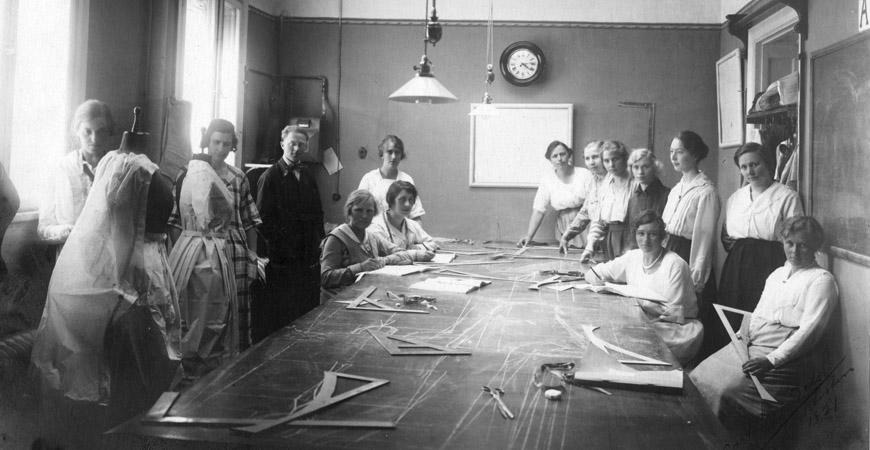 Tillskärarakademiens fokus låg på utbildning av kvinnor. Då män utbildades i tillskärning av manskläder skedde det i särskilda klasser. Ca 1920-tal. Foto privat.