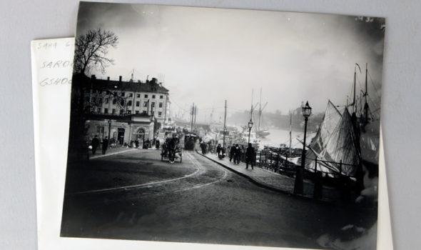 Äldre fotografi som visar Västra Slussgatan och Brunnsbacken år 1896. Ur Sara:s arkiv hos Centrum för Näringslivshistoria