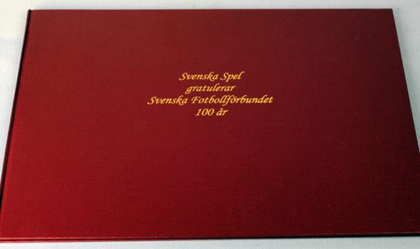 Svenska Spel:s hyllningsbok från 2004. Ur Svenska Spel:s arkiv hos Centrum för Näringslivshistoria.